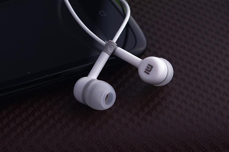 介绍小米耳机的材质,音质效果,以及价格定位 小米官网在今天公布了其耳机的产品的细节,这款耳机名字叫活塞耳机,造型取材于汽车气缸的活塞系统。为了增加神秘感,小米并没有明确公布这款耳机的细节,只是提供三幅图片介绍这款耳机的三个亮点。